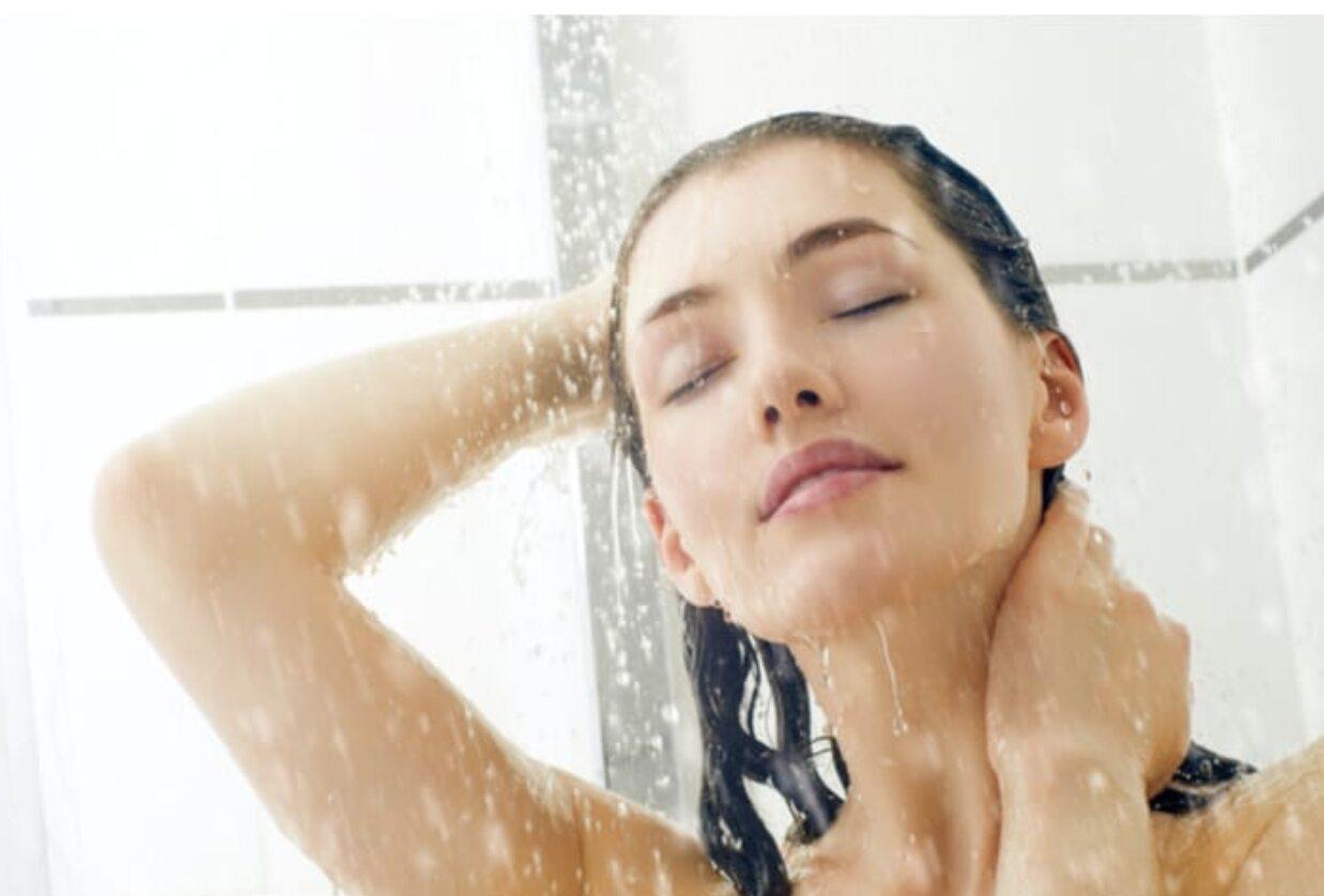 Secondo: Lavarsi La Faccia Sotto La Doccia