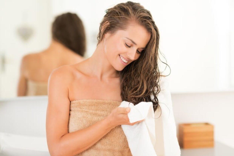 Sfregare Troppo La Pelle Con Un Asciugamano